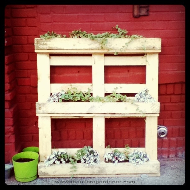 How to make a wood pallet planter 42 diy ideas for How to make a recycled pallet vertical garden