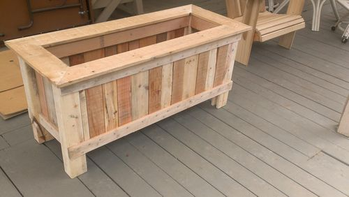 How to make a wood pallet planter 42 diy ideas for How to make a flower box out of pallets